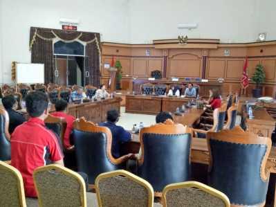 Komisi II DPRD Tanjungpinang saat gelar RDP namun ditunda karena BK FTZ Tanjungpinang mangkir hadir, Selasa (14/3) diruang paripurna.