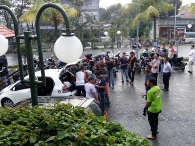 Situasi saat seorang pria yang belum diketahui namanya saat di bekuk polisi di Hotel Comfort Tanjungpinang, Jumat (17/3) sore.