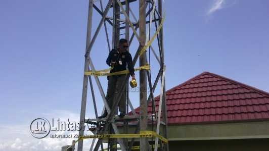 Petugas Satpol PP saat menyegel tower tanpa IMB di Jalan Ir. Sutami Kota Tanjungpinang, Rabu (29/3).