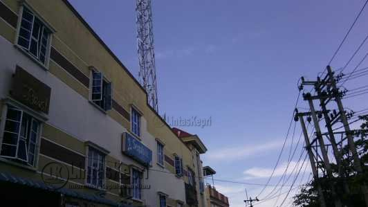 Inilah Tower Liar Tanpa Izin Mendirikan Bangunan (IMB) berdiri disalah satu ruko di Jalan Ir. Sutami Tanjungpinang yang di segel Satpol PP.