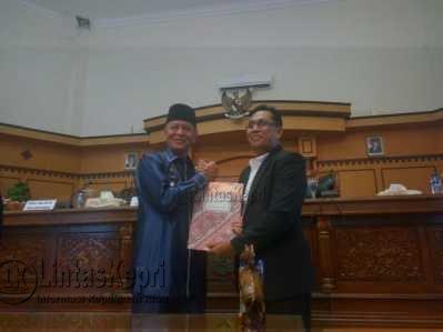 Wakil Walikota Tanjungpinang, Syahrul saat berfoto bersama Wakil Ketua II DPRD Tanjungpinang, Ahmad Dani usai paripurna.