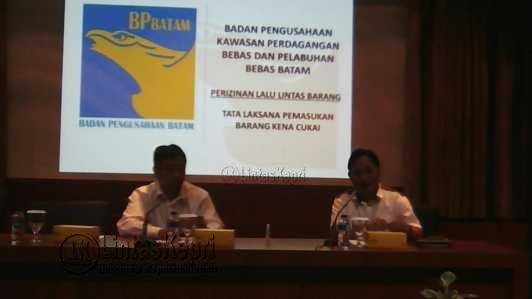 Direktur Lalulintas Barang BP Batam, Tri Novianta Putra bersama Direktur Promosi dan Humas, Purnomo Andiantono.