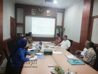 Yusfa Hendri bersama Anne Putri saat rapat.