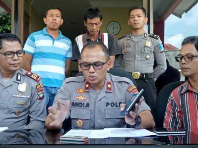 Tersangka Maling Handphone saat dihadapkan Polisi dalam gelar konferensi pers di Mapolsek Tanjungpinang Barat, Kamis (9/3).
