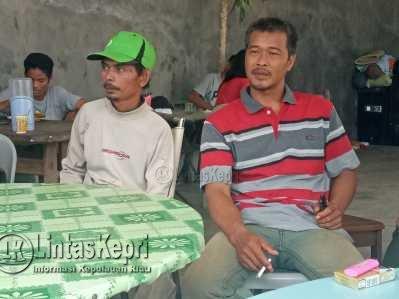 Sely (bertopi) orang Tua Rambeli Eka Supatera, dan Andri (baju kaos corak garis berwarna) orang tua Fiki.