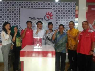 Anggota DPRD Tanjungpinang foto bersama Kepala Telkom Tanjungpinang.