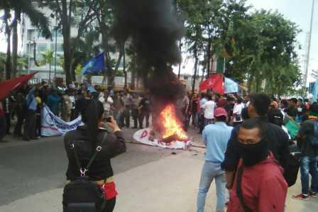 Ratusan massa terlihat membakar sebuah keranda akibat Pemko Batam dan Gubernur Kepri, Nurdin Basirun tak menanggapi orasi para pengunjuk rasa.