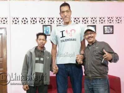 Mochammad Arianto Pribadi (26) Pria asal Sidoarjo Jawa Timur memiliki tinggi 2,20 meter (tengah) foto bersama wartawan LintasKepri.com, Suaib (kiri).