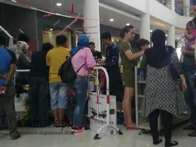 Ratusan warga antusias mengunjungi bazar yang diadakan oleh Pangkalan Udara (Lanud) Raja Haji Fisabilillah (RHF) di Mall TCC Tanjungpinang, Minggu (26/3).