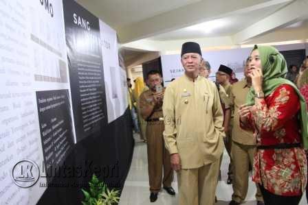 Dipandu oleh pengelola museum, Syahrul beserta rombongan berkeliling melihat gambaran peristiwa sejarah yang ditampilkan melalui gambar dan video.