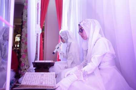 putri Walikota Tanjungpinang Lis Darmansyah bernama Dhiya Shafa Abilla dan Dhiya Rio Khanza Nabila Khatam Al-Qur'an di kediamannya Jalan Hang Lekir Kota Tanjungpinang, Sabtu (11/3).