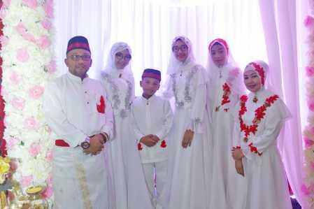Walikota Tanjungpinang Lis Darmansyah bersama istri dan anak berfoto bersama.