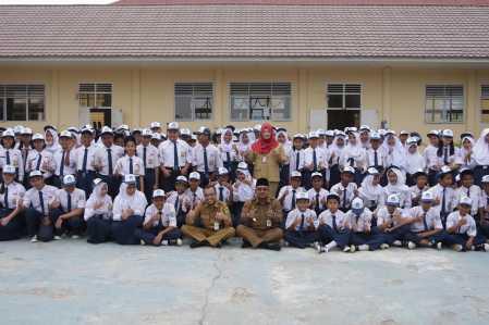 Walikota Tanjungpinang Lis Darmansyah saat berfoto bersama dengan siswa SMP N 6.