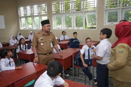 Walikota Tanjungpinang Lis Darmansyah saat berbicara dengan siswa SMP N 6, Selasa (14/3).