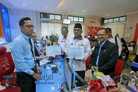 Walikota dan Sekda Tanjungpinang melakukan pelaporan Surat Pemberitahuan Tahunan (SPT) pajak penghasilan orang pribadi ke Kantor Pajak.