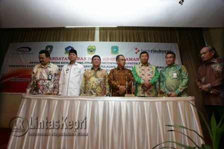 Wakil Walikota Tanjungpinang, Syahrul saat foto bersama kepala daerah Kepri lainnya diacara menerapkan Kasda Online.