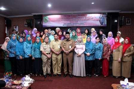 Walikota Tanjungpinang Lis Darmansyah saat foto bersama usai membuka kegiatan Pelatihan Kader Posyandu, Senin (10/4) di Aula Bulang Linggi Kota Tanjungpinang.