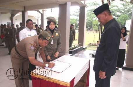Sertijab Kasatpol PP Tanjungpinang dari Irianto kepada Dedi yang disaksikan langsung Wakil Walikota Tanjungpinang, Syahrul.