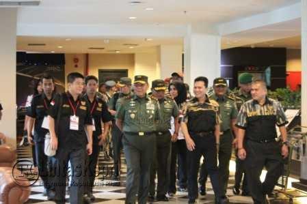 Pengurus DPW Pekat IB Kepri saat menyambut kedatangan Pangdam I Bukit Barisan, Mayjen TNI Cucu Sumantri di Batam.