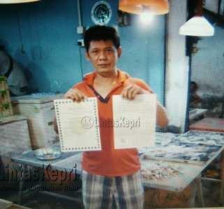 Yongkie Lim saat menunjukkan sertifikat halal dari Majelis Ulama Indonesia (MUI) Kepri dan Sertifikat Kesehatan Ikan, Pengendalian Mutu dan Keamanan Hasil Perikanan Kementerian Kelautan dan Perikanan (KKP).