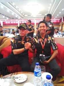 Salam komando antara Dewan penasehat pekat IB Joko Daryanto adek kandung Presiden Jokowi Dodo  bersama wakil ketua DPW Pekat IB Kepri Bidang Infokom