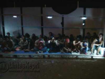 Para pemain dan ceker yang tertangkap saat penggerebekan judi dadu guncang (cingkoko) dilokasi Fanindo Sagulung, Kota Batam, Minggu (16/4) dinihari tadi.