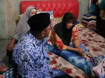 Walikota Tanjungpinang, Lis Darmansyah saat meninjau Elvi Hanim penderita Kanker Payudara.