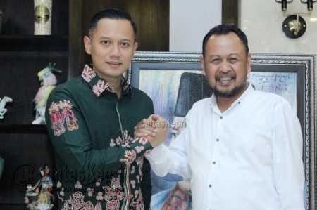 Agus Harimurti Yudhoyono (AHY) salam komando dengan Husnizar Hood.