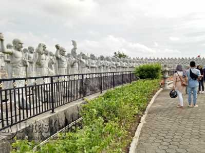 Warga terlihat mengunjungi Objek Seribu Patung.