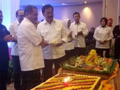 Gubernur Kepri Nurdin Basirun saat foto bersama Menpar RI Arief Yahya usai pemotongan tumpeng diacara Rakor Pariwisata Kepri di Hotel Aston Tanjungpinang.