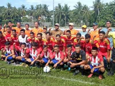 Walikota Tanjungpinang, Lis Darmansyah dan Pembina PSTK, Ade Angga saat berfoto bersama salah satu tim sepak bola di ajang PSTK Cup 2017.