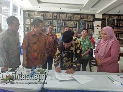 Pemko Tanjungpinang bersama BP Kawasan FTZ setempat menggelar penandatangan Memorandum of Understanding (MoU) dengan perusahaan rokok asal Malang yakni PT. Batu Karang di CK Hotel, Kamis (27/4).
