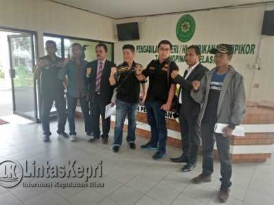 DPW Pekat IB Kepri saat menggugat Gubernur Kepri Nurdin Basirun perihal kosongnya kursi Wakil Gubernur Kepri di PN Tanjungpinang.