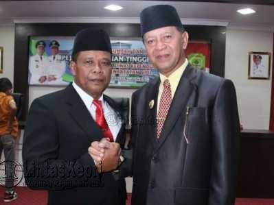 Kepala Disdukcapil salam komando dengan Wakil Walikota Tanjungpinang, Syahrul.