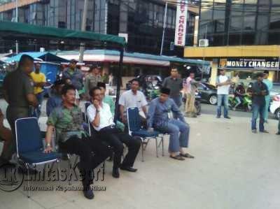 Walikota dan Wakil Walikota Batam, Rudi-Amsakar Achmad saat menemui PKL Jodoh, Batam.
