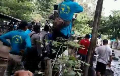 Tim Terpadu saat menembak Babi di Dam Duriangkang, Batam.