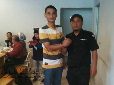 Ketua Terpilih IWO Kepri, Rudiarjo Pangaribuan (Kemeja Hitam) saat berfoto bersama wartawan LintasKepri.com, Efendy Tampubolon.