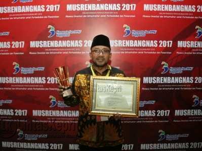 Walikota Tanjungpinang, Lis Darmansyah saat memegang piala APN 2017.