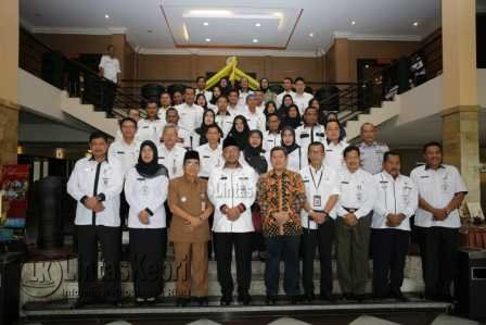 Walikota Tanjungpinang Lis Darmansyah foto bersama dengan peserta Workshop PPID di Hotel Comfort Tanjungpinang, Rabu (5/4).