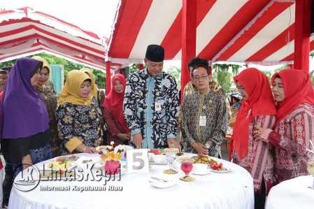 Wakil Walikota Tanjungpinang, Syahrul didampingi Ketua GOW Kota Tanjungpinang Juariah Syahrul saat membuka Kegiatan B2SA.