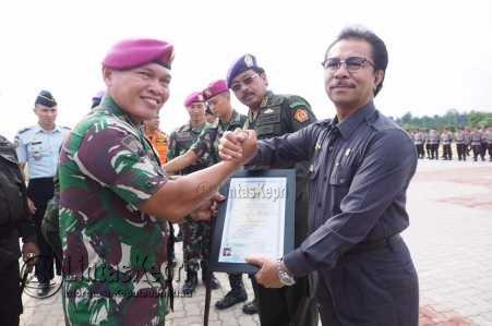 Gubernur Provinsi Kepri, Nurdin Basirun dan Ketua DPRD Kepri, Jumaga Nadeak mendapat Brevet kehormatan penyelam dari Batalyon Marinir 10/Satria Bumi Yudha.
