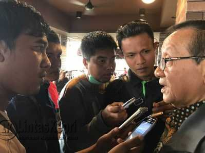Akbar Tanjung saat diwawancara wartawan di Tanjungpinang.