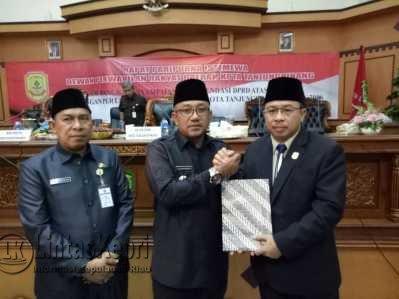 Ketua DPRD Tanjungpinang, Suparno salam komando bersama Walikota Tanjungpinang Lis Darmansyah didampingi Sekwan DPRD Tanjungpinang, Abdul Kadir Ibrahim.