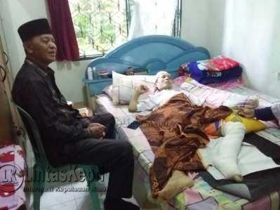 Wakil Wali Kota Tanjungpinang, Syahrul saat menjenguk Yusbahar.