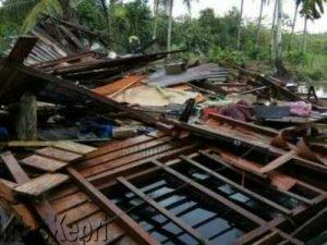 Rumah Pekok terlihat rata dengan tanah pasca diterjang angin puting beliung, Minggu (21/5).