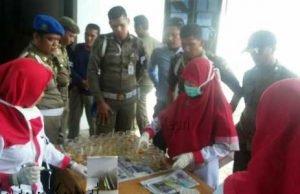 BNN saat melakukan tes urine terhadap anggota Satpol PP Tanjungpinang.