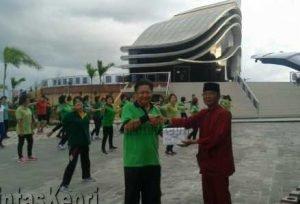 Penyerahan sumbangsih yang diberikan kepada M. Agus oleh Rusli Sukarto, Ketua Yayasan Senam Masal Lansia (Group Senam Sehat).