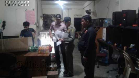 GG Net di Bincen saat dirazia Satpol PP kota Tanjungpinang karena kedapatan buka, Jumat (26/5).