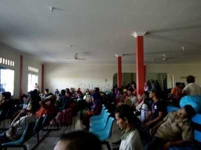 Ratusan penumpang terlihat menunggu berjam-jam di pelabuhan Sri Bayintan Kijang, Bintan, Sabtu (27/5) petang tadi.