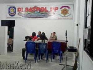 Anggota Satpol PP saat melakukan pendataan dan pembinaan terhadap 8 orang yang terjaring razia kos, Selasa (30/5)